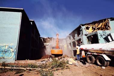 Comenzo demolicion de departamentos en sector Bajos de Mena en Puente Alto